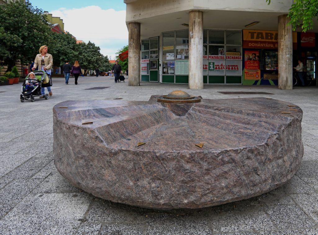 Szombathely Fő tér, iránykő